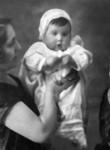 Marta (Cachita) en brazos de su madre Sara
